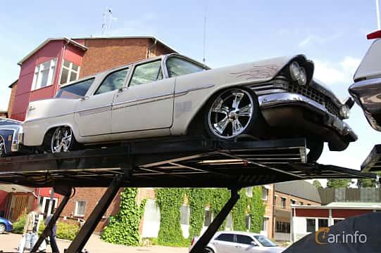 Front/Side  of Plymouth Custom Suburban 4-door 5.2 V8 TorqueFlite, 233ps, 1959