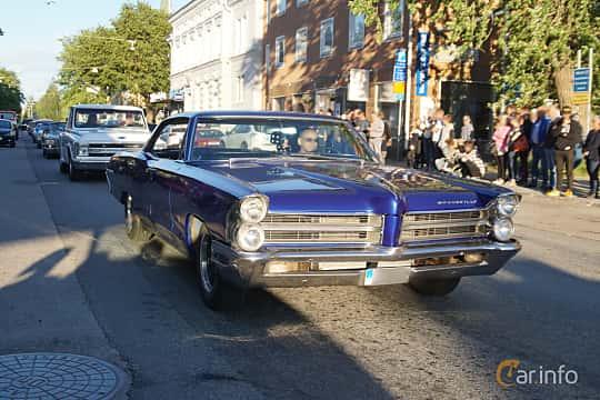 Front/Side  of Pontiac Bonneville 4-door Hardtop 6.4 V8 Hydra-Matic, 329ps, 1965 at Umeå Wheels Nations Norr 2019