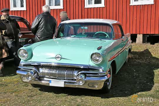 Fram/Sida av Pontiac Star Chief Catalina Sedan 5.7 V8 Hydra-Matic, 273ps, 1957 på Uddevalla Veteranbilsmarknad Backamo, Ljungsk 2019