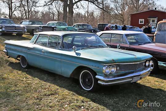 Front/Side  of Pontiac Star Chief 6.4 V8 Hydra-Matic, 218ps, 1960 at Uddevalla Veteranbilsmarknad Backamo, Ljungsk 2019