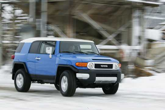 Front/Side  of Toyota FJ Cruiser 4.0 V6 4WD Automatic, 242hp, 2007