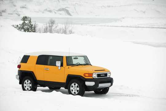 Front/Side  of Toyota FJ Cruiser 4.0 V6 4WD Manual, 242hp, 2007