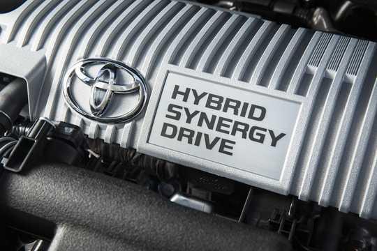Engine compartment  of Toyota Prius+ Hybrid 1.8 VVT-i Hybrid CVT, 123hp, 2016