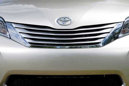 Close-up of Toyota Sienna 3.5 V6 AWD Automatic, 269hp, 2015