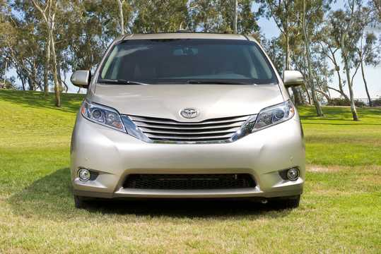 Front  of Toyota Sienna 3.5 V6 AWD Automatic, 269hp, 2015