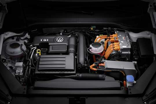 Engine compartment  of Volkswagen Passat GTE Variant 1.4 TSI DSG Sequential, 218hp, 2017