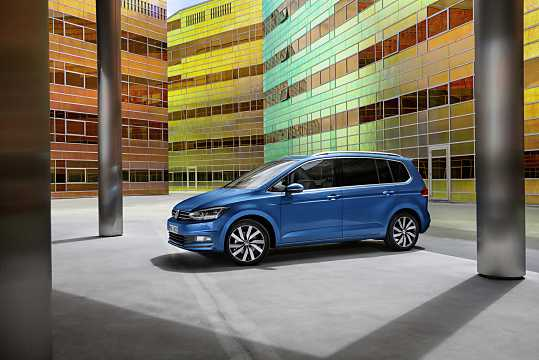 Side  of Volkswagen Touran 2016