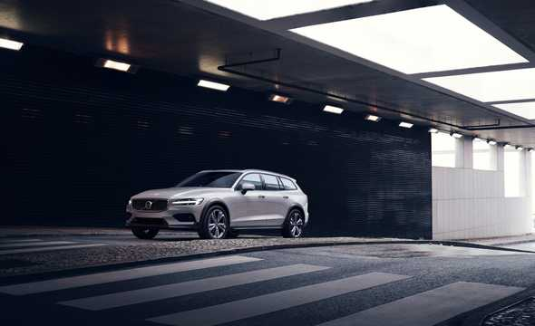 Front/Side  of Volvo V60 Cross Country 2019
