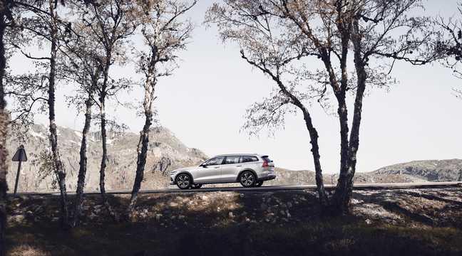 Side  of Volvo V60 Cross Country 2019