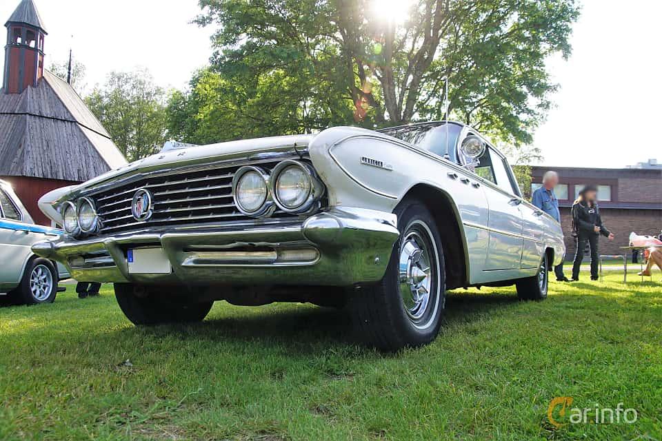 Front/Side  of Buick Invicta 4-door Hardtop 6.6 V8 Automatic, 330ps, 1961 at Onsdagsträffar på Gammlia Umeå 2019 vecka 28