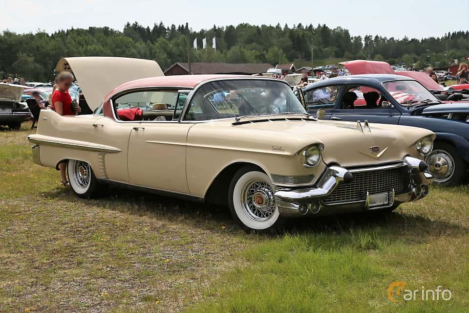 Fram/Sida av Cadillac Sixty-Two Sedan de Ville 6.0 V8 Automatic, 305ps, 1957