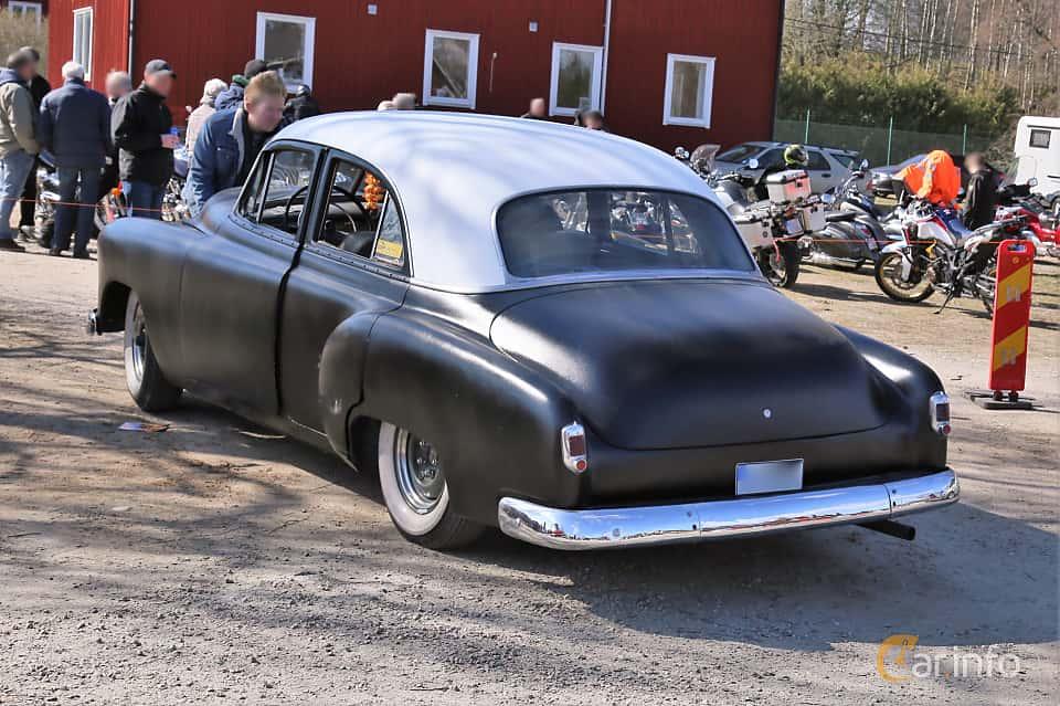 Back/Side of Chevrolet Styleline Deluxe 4-door Sedan 3.5 Manual, 93ps, 1952 at Uddevalla Veteranbilsmarknad Backamo, Ljungsk 2019