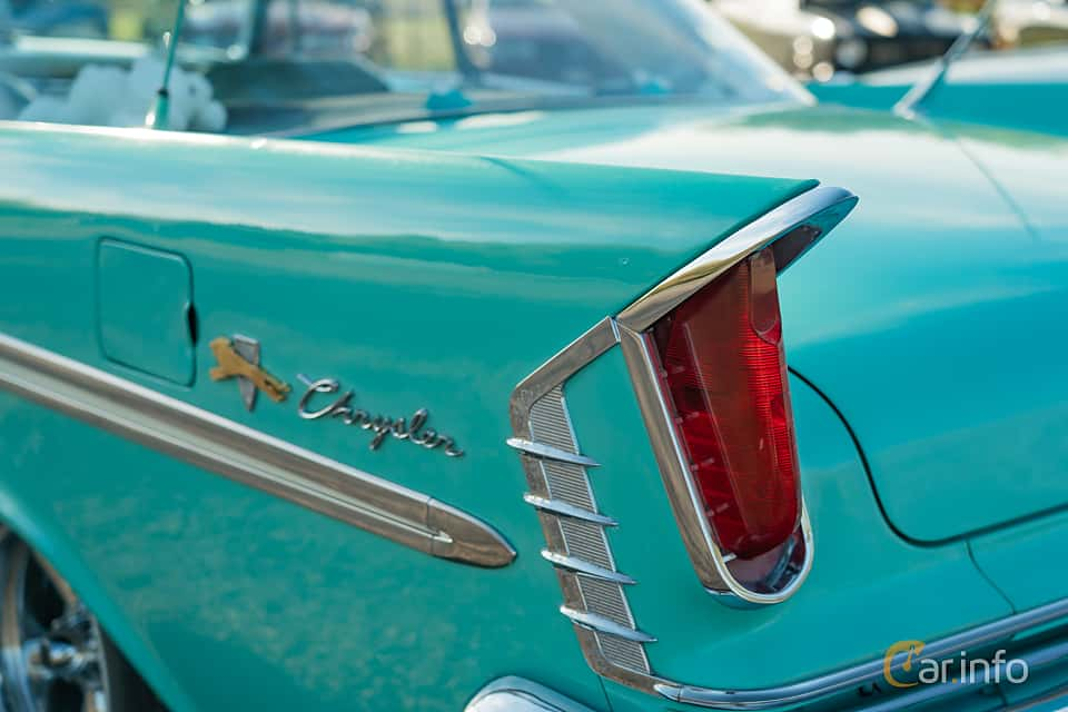 Close-up of Chrysler Windsor 2-door Hardtop 6.3 V8 Manual, 309ps, 1959 at Lissma Classic Car 2019 vecka 20