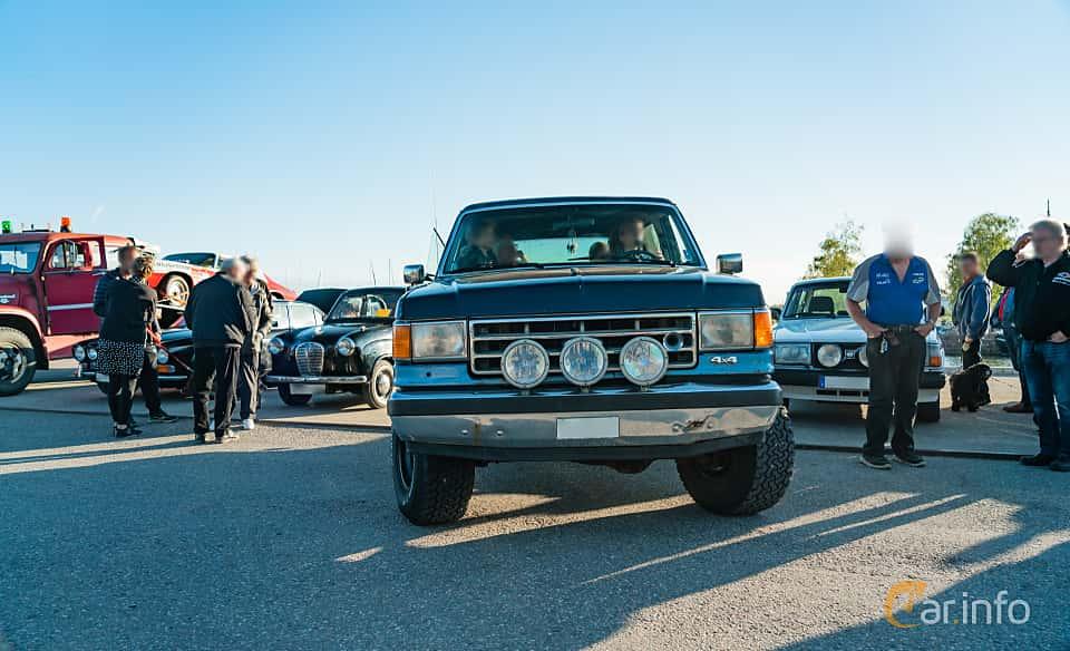 """Front  of Ford Bronco 5.0 V8 4WD Automatic, 188ps, 1989 at Nyköpings hamnträffar 2019 Vecka 20  Tema: """"Kvinnor vid ratten"""""""