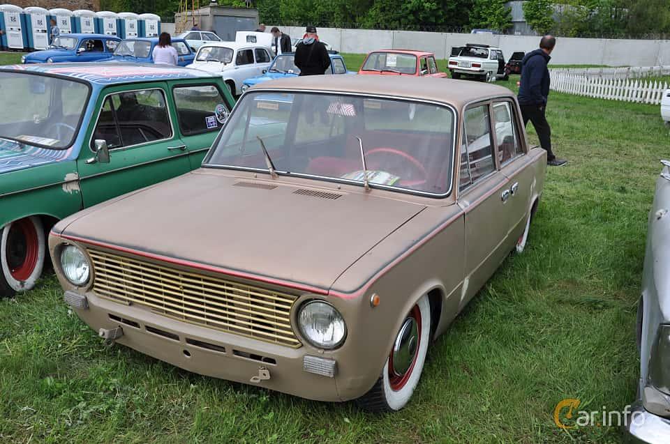Front/Side  of VAZ 21011 1.3 Manual, 69ps, 1974 at Old Car Land no.1 2019