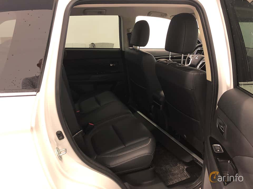 Interior of Mitsubishi Outlander P-HEV 2.0 Hybrid 4WD CVT, 203ps, 2018