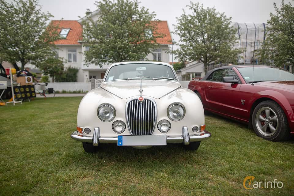 Front  of Jaguar S-Type 3.4 Manual, 213ps, 1966 at Veteranbilsträff i Vikens hamn  2019 Maj