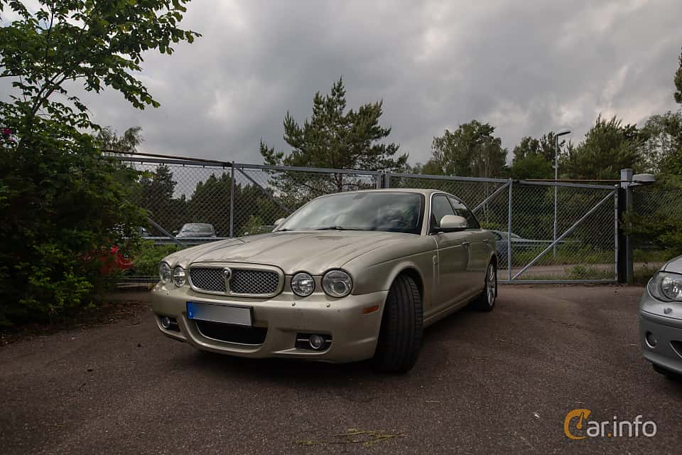 Front/Side  of Jaguar XJ 2.7 V6 Automatic, 207ps, 2008 at Joe's garage 2019´s stora Jaugurevent