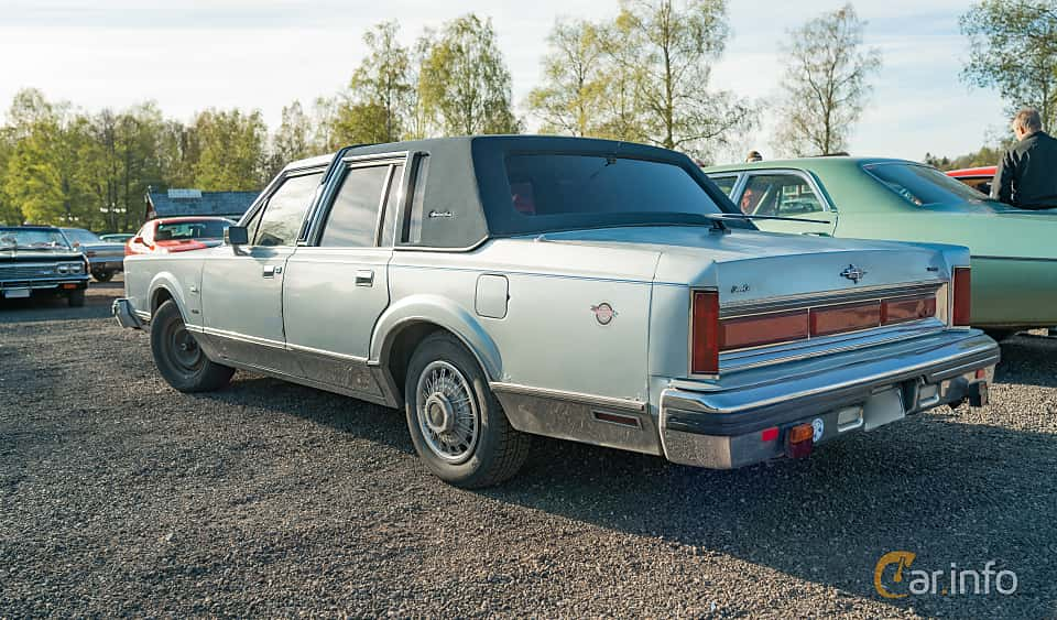 Bak/Sida av Lincoln Town Car 4-door 4.9 V8 Automatic, 142ps, 1984 på Lissma Classic Car 2019 vecka 20