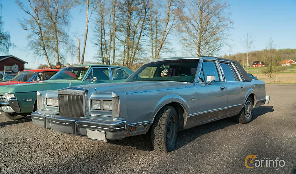 Fram/Sida av Lincoln Town Car 4-door 4.9 V8 Automatic, 142ps, 1984 på Lissma Classic Car 2019 vecka 20