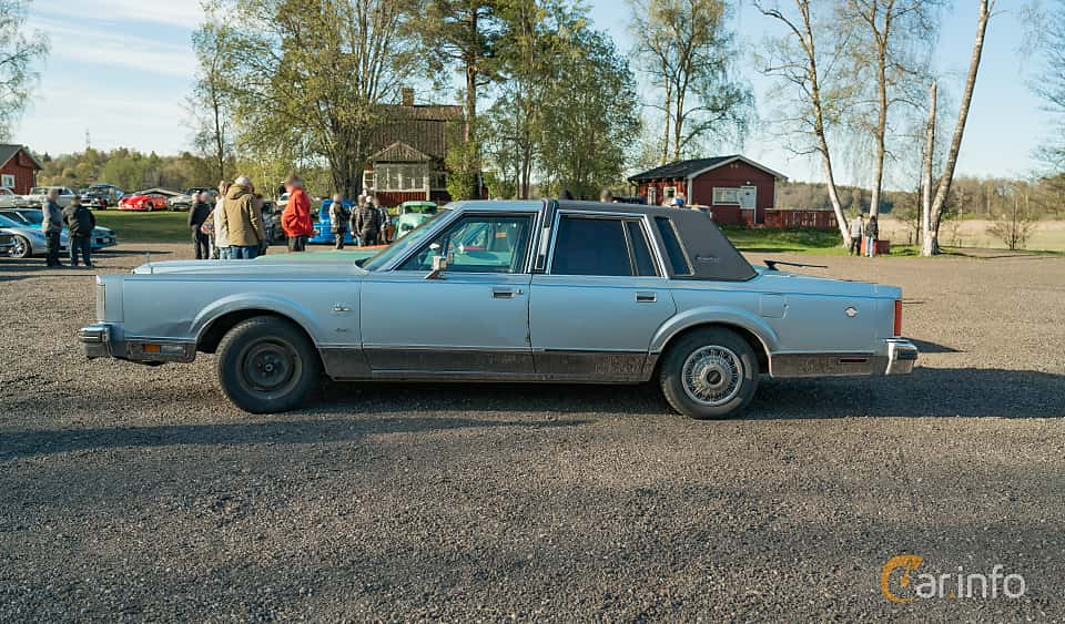 Side  of Lincoln Town Car 4-door 4.9 V8 Automatic, 142ps, 1984 at Lissma Classic Car 2019 vecka 20