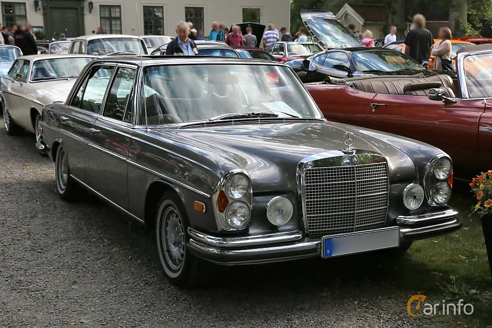Front/Side  of Mercedes-Benz 300 SEL 3.5  Automatic, 200ps, 1972 at Rådaträffen, Mölnlycke 2019 Tisdag vecka 29