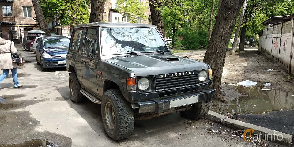 Front/Side  of Mitsubishi Pajero 3-door 2.6 4WD 103ps, 1982