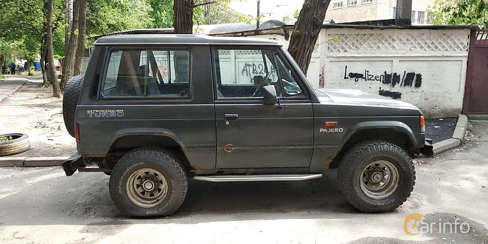 Side  of Mitsubishi Pajero 3-door 2.6 4WD 103ps, 1982