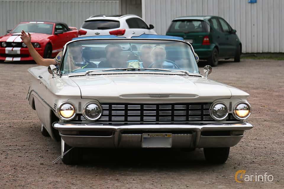 Front/Side of Oldsmobile 88 Convertible 6.1 V8 Automatic, 243ps, 1960 at Kungälvs Kulturhistoriska Fordonsvänner 2018 v.33