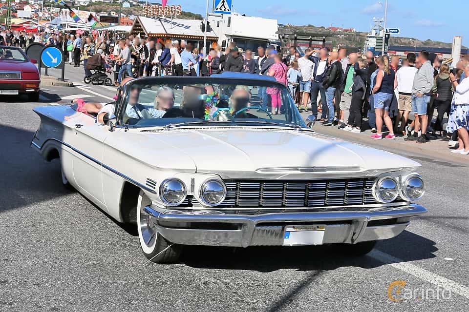 Fram/Sida av Oldsmobile Dynamic 88 Convertible Coupé 6.1 V8 Hydra-Matic, 243ps, 1960 på Cruising Lysekil 2019