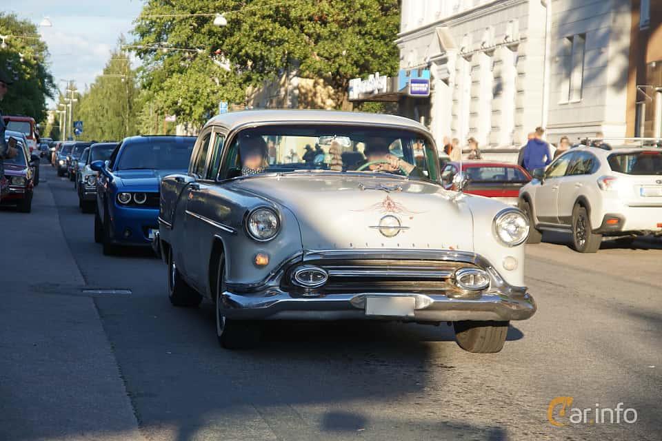 Front/Side  of Oldsmobile Super 88 4-door Sedan 5.3 V8 Hydra-Matic, 188ps, 1954 at Umeå Wheels Nations Norr 2019