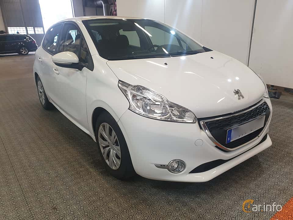 Front/Side  of Peugeot 208 5-door 1.6 e-HDi FAP Manual, 92ps, 2015