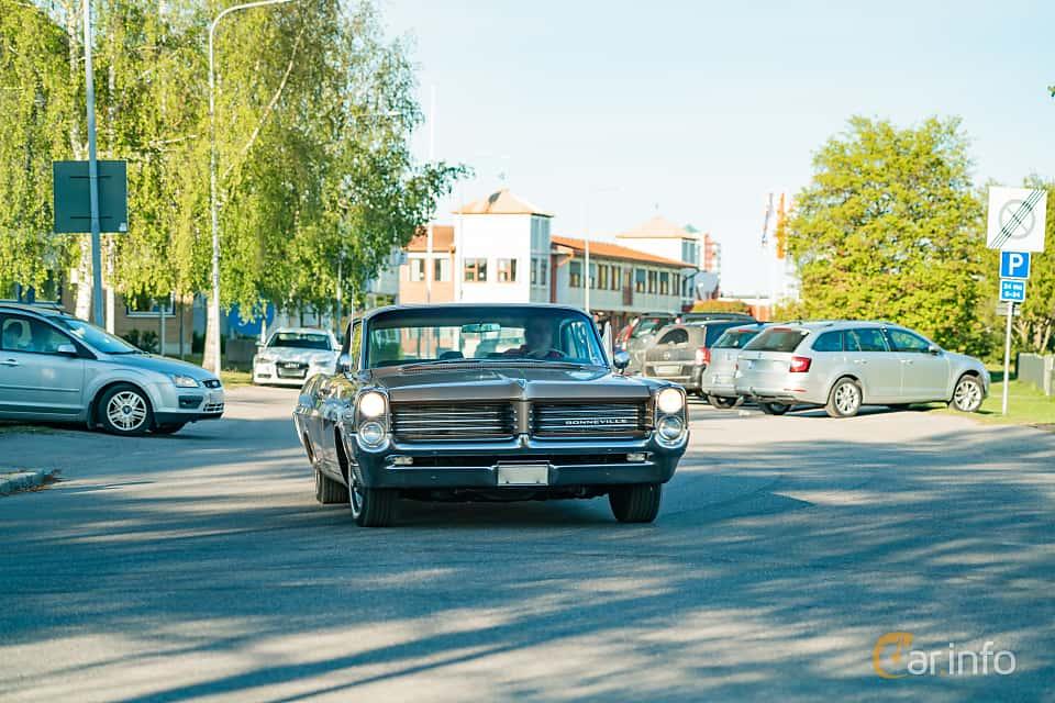 """Front  of Pontiac Bonneville 2-door Hardtop 6.4 V8 Hydra-Matic, 310ps, 1964 at Nyköpings hamnträffar 2019 Vecka 20  Tema: """"Kvinnor vid ratten"""""""