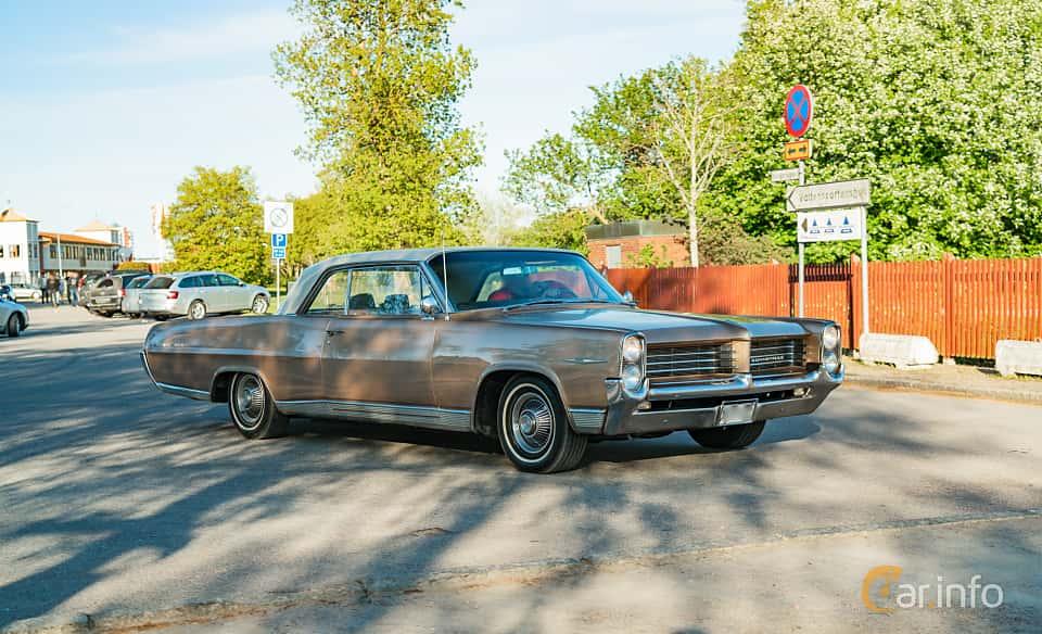 """Front/Side  of Pontiac Bonneville 2-door Hardtop 6.4 V8 Hydra-Matic, 310ps, 1964 at Nyköpings hamnträffar 2019 Vecka 20  Tema: """"Kvinnor vid ratten"""""""