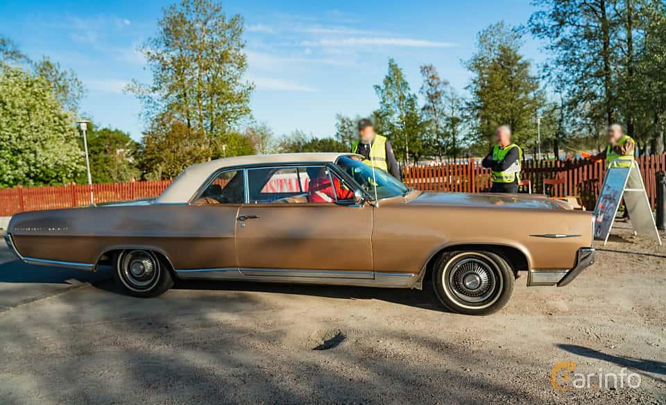 """Side  of Pontiac Bonneville 2-door Hardtop 6.4 V8 Hydra-Matic, 310ps, 1964 at Nyköpings hamnträffar 2019 Vecka 20  Tema: """"Kvinnor vid ratten"""""""