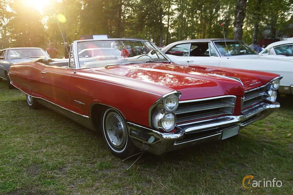 Front/Side  of Pontiac Bonneville Convertible 6.4 V8 Hydra-Matic, 329ps, 1965 at Onsdagsträffar på Gammlia Umeå 2019 vecka 35