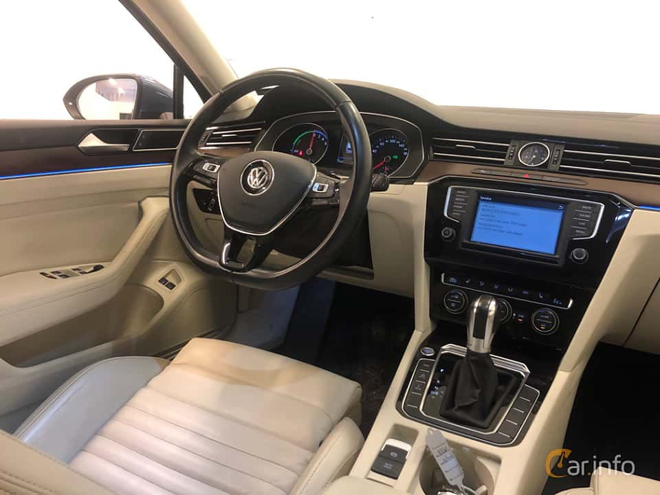 Interior of Volkswagen Passat GTE Variant 1.4 TSI DSG Sequential, 218ps, 2017