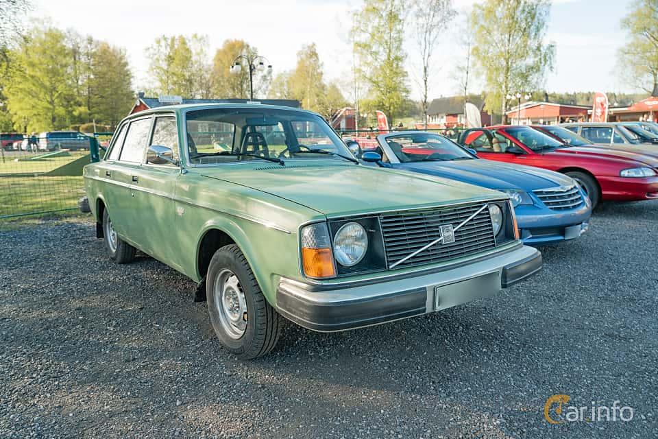 Front/Side  of Volvo 244 2.1 Manual, 100ps, 1976 at Lissma Classic Car 2019 vecka 20